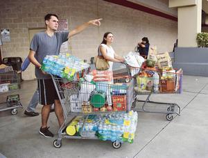 Des habitants de Miami font des stocks en prévision de l'arrivée de l'ouragan en Floride.