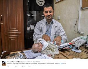 Photo de propagande relayée sur Twitter, montrant un pédiatre en train de soigner un bébé, devant un drapeau noir de Daech.