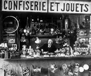 Ruiné, on retrouve Georges Méliès, simple vendeur de jouets et de confiseries à Montparnasse.