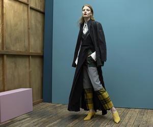 Chemise Sonia Rykiel, robe et boucle d'oreille Dior, pantalon Balenciaga, chaussures Stuart Weitzman. Vintage: blouson Alaïa chez Resee.