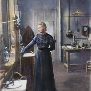 Marie Curie, physicienne et chimiste, est une infatigable travailleuse. Ici, dans son laboratoire vers 1910.
