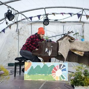 Gabriel Willem donnant un concert de piano dans sa serre.