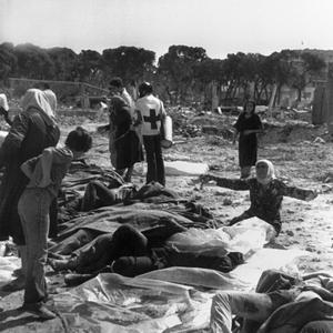 Une femme palestinienne pleure le 20 septembre 1982 au-dessus des corps de ses proches tués, le 17 septembre 1982 dans le camp de réfugié à Beyrouth.