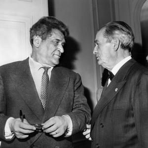 Les écrivains Joseph Kessel et Marcel Pagnol célébrant l'élection du premier à l'Académie française en 1962 à Paris.