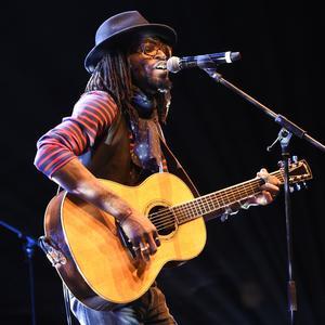 Le chanteur Tété lors de sa performance.