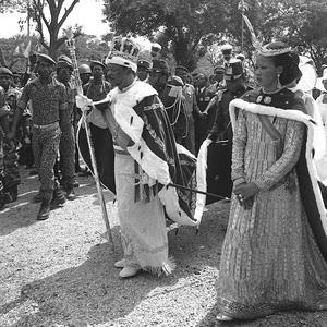 L'empereur Bokassa Ier et son épouse Catherine le jour du couronnement le 4 décembre 1977 à Bangui en Centrafrique.