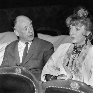 L'écrivain Eugène Ionesco et l'actrice Annie Ducaux pendant la répétition de la pièce «La soif et la faim» à la Comédie Française le 25 février 1966.