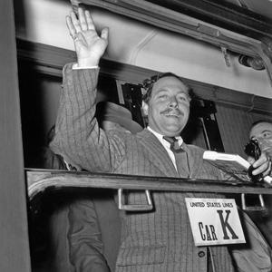 L' écrivain américain Tennessee Williams arrivant à la gare Saint Lazare à Paris le 31 mai 1955.