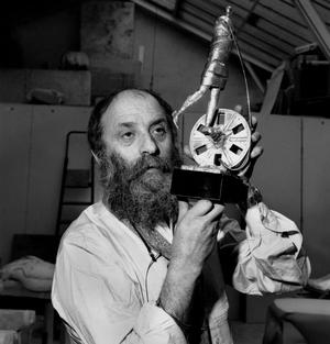 Le sculpteur Cesar (Cesar Baldaccini) présentant son projet de trophée pour les César, le 23 mars 1976.