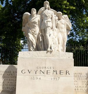 Monument Georges Guynemer à Compiègne. Il a été inauguré en 1923 en présence du commandant Brocart chef de l'escadrille du célèbre aviateur.