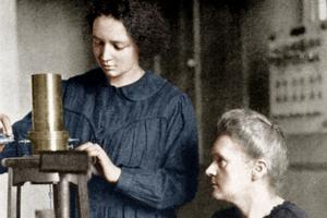 Marie Curie et sa fille Irène à l'Institut du Radium en 1921.