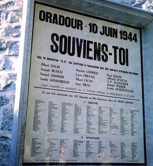 Plaque commémorative du massacre d'Oradour-sur-Glane en juin 1944 avec la liste des députés et sénateurs qui ont voté la loi amnistiant les condamnés alsaciens.