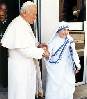 Le pape Jean-Paul II avec Mère Teresa vers 1980.