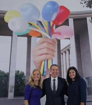 Jane Hartley, Jeff Koons et Anne Hidalgo en novembre 2016 pour la présentation du projet.