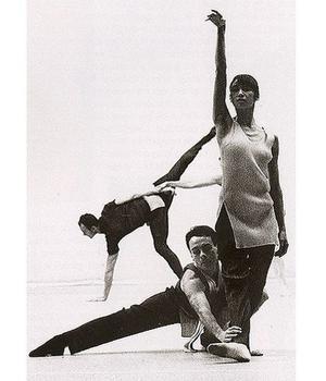 Les danseurs du Ballet de Francfort, en 1991 dans une mise en scène de Forsythe, portent les fameux plissés d'Issey Miyake.