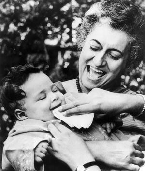 Indira Gandhi avec l'un de ses petits fils Rahul vers 1971.