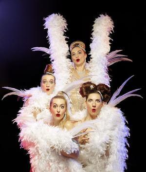Les Sea Girls et leur truc en plumes, au Trianon (XVIIIe) entre Noël et jour de l'An.