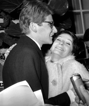 Zizi Jeanmaire félicitant Yves Saint Laurent le 29 janvier 1962.