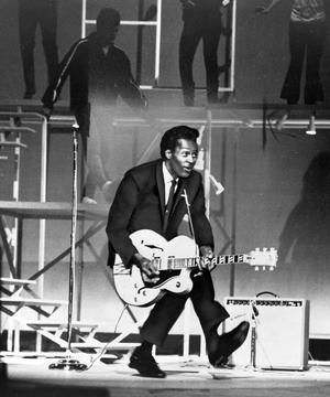 Chuck Berry danse le «duckwalk», qu'il a inventé, sur scène en 1965.