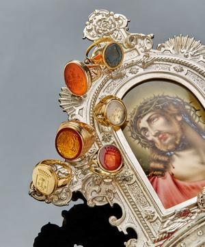 «Vous avez de belles bagues», chuchota un fidèle au pape. «Je sais, lui répondit-il, et vous n'avez pas vu mes boucles d'oreilles.» Cette anecdote dit beaucoup de la folie des bagues et des parures dans le haut clergé depuis la Renaissance. Ci-contre, on voit des bagues d'évêque en améthyste, serties de diamants des chevalières taillées dans une cornaline diaphane.