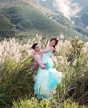 Au printemps, les jeunes mariés viennent poser devant les champs d'arums blancs.