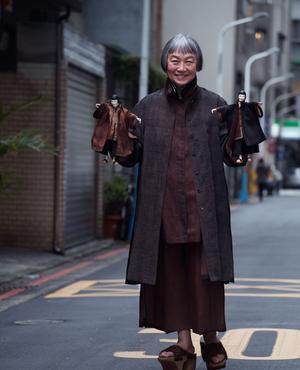 La styliste Sophie Hong semble orchestrer ce vaste théâtre de marionnettes.
