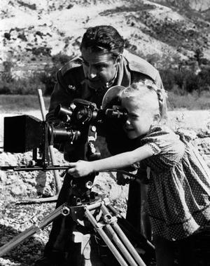 Le réalisateur René Clément et Brigitte Fossey sur le tournage de <i>Jeux interdits.</i>