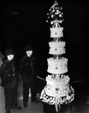 La pièce montée pour le mariage de la princesse Elizabeth d'Angleterre et Philip duc d'Edimbourg, gardée par des bobbies en novembre 1947.