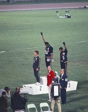 Les poings levés de Tommie Smith et John Carlos en 1968 à Mexico.