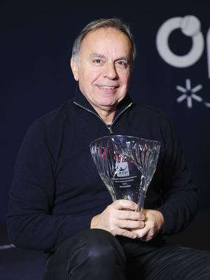 Patrice Dominguez, directeur de l'Open Sud de France, avec le trophée.
