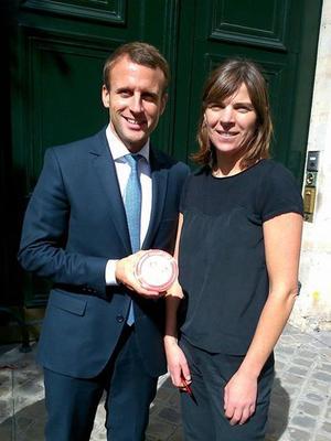 Emmanuel Macron, le ministre de l'Economie, avec Emilie Fléchard, de la Laiterie Gillot.