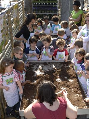 L'an passé, en France, plus de 60.000 enfants ont été accueillis par quelque 400 jardineries. Crédit photo: Gnis / Miss'yl - Benoit Daynes