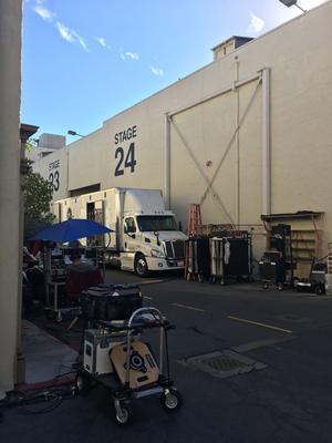 Dans les studios de la Paramount, à Hollywood où Eli Attie tourne actuellement une série consacrée au baseball, intitulée Pitch.