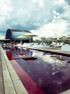 L'hôtel Unique, et son toit avec piscine, attire une clientèle arty.