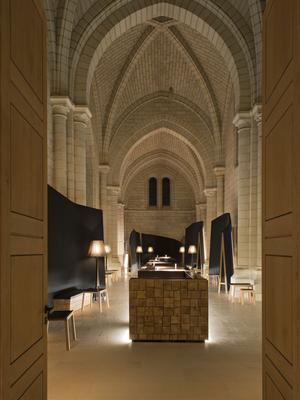 A l'abbaye de Fontevraud transformée en hôtel, vieilles pierres et mobilier design cohabitent à merveille.
