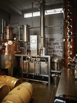 Le distillateur Nicolas Julhès installé dans le Xe arrondissement, a créé 45 spiritueux différents. Mais sa production ne dépasse pas 15.000 bouteilles par an. Des flacons déjà recherchés par les collectionneurs.