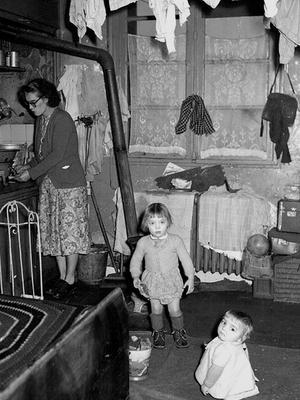 De nombreuses familles dans un logement insalubre, ici à Saint-Ouen près de Paris en 1960.