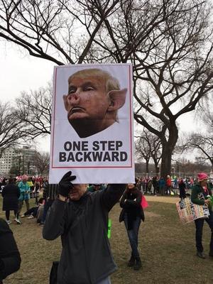 De nombreux manifestants ont brandi des pancartes.