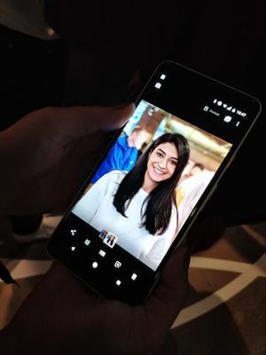 Le mode portrait floute automatiquement le fond d'une image lorsque l'on prend en photo une personne.