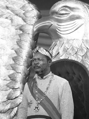 Jean-Bedel Bokassa portant une couronne de lauriers d'or le jour de son sacre le décembre 1977.
