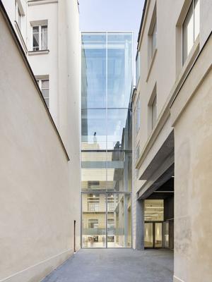 L'architecte RemKoolhaas signe lesbâtiments dela Fondation Galeries Lafayette (IVe).