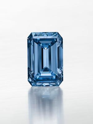 Ce diamant bleu rectangulaire de 14,2carats, baptisé <br/>The Oppenheimer Blue, a été vendu 57millions dedollars (53,4millions d'euros) chez Christie's l'an dernier.