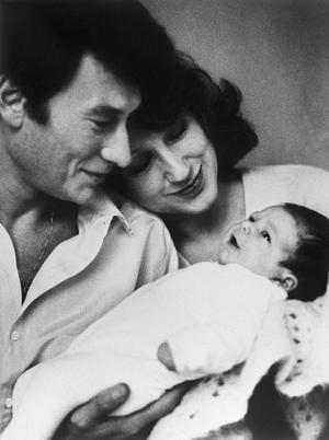 Johnny Hallyday et Nathalie Baye avec leur fille Laura en 1983.