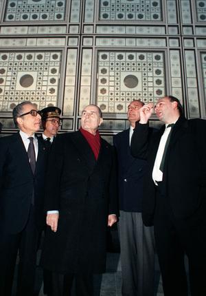 Le président de la République François Mitterrand (centre), le Premier ministre Jacques Chirac (2ème à droite) et le secrétaire général de la Ligue arabe Chedli Klibi (à gauche), à l'Institut du monde arabe à Paris, écoutent les explications de Jean Nouvel (à droite).