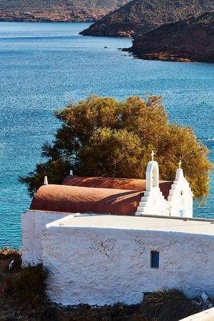 La chapelle d'Agios Sostis domine la ravissante crique du même nom.