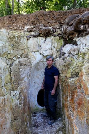 L'archéologue Rémi Martineau, près d'un hypogée, au site archéologique de Vert-Toulon, le 8 juin 2017. Crédits photo: FRANCOIS NASCIMBENI / AFP