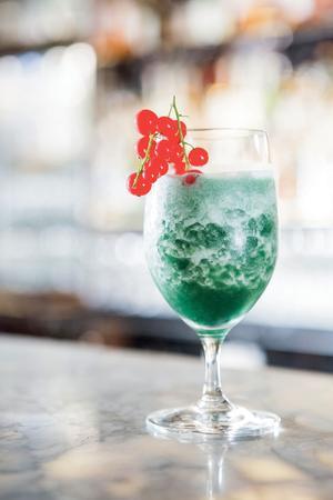 Un cocktail à base de spiruline servi au bar de l'hôtel Meurice.