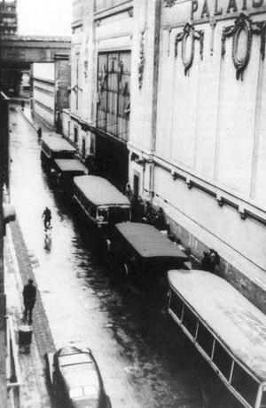 Seule photographie du vélodrome après la rafle du Vél' d'Hiv', avec les cars de Juifs arrêtés. <i>www.fondationshoah.org</i>