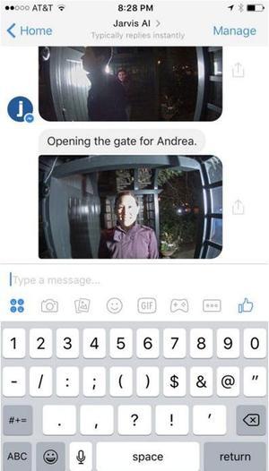 Jarvis prévient Mark Zuckerberg de l'arrivée d'un invité.