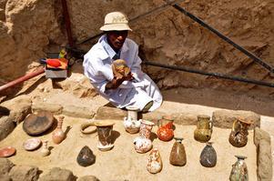 Un millier de figurines funéraires ont été découvertes à l'intérieur.
